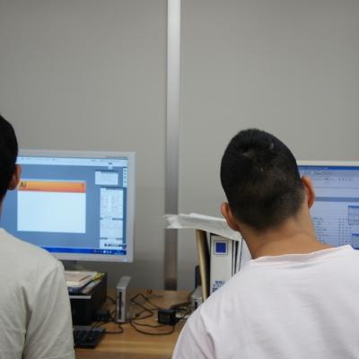 印刷機操作のためのコンピュータ作業風景